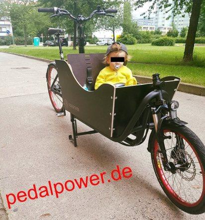 eHarry für den Kindertransport, Cargobike Pedalpower mit PIRUU Transportbox für ein Kind